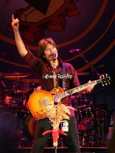 """https://m.facebook.com/LabandaRockpop  El 28 de mayo de 1945 nacé John Cameron Fogerty (Berkeley, California) es un cantante, compositor y guitarrista estadounidense, conocido por su trabajo como líder y vocalista principal del grupo de rock Creedence Clearwater Revival.  Fogerty tiene una rara distinción al ser nombrado en la lista de """"Rolling Stone"""" de los 100 guitarristas más grandes en el n°40 y la lista de los 100 mejores cantantes en el n°72. Las canciones """"Proud Mary"""" y """"Born on the…"""