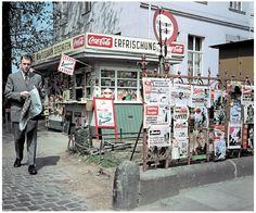 """Zeitungskiosk in Bonn: Die meisten der ausgehängten Blätter sind inzwischen verschwunden, neue Titel kamen hinzu. Die """"Bild""""-Zeitung kostete 1956 umgerechnet nur 5 Cent."""