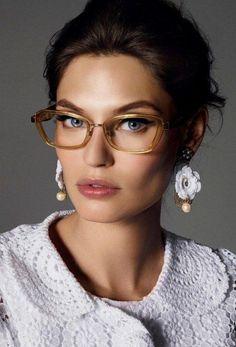 Con la llegada de las lentes de contacto, las gafas para visión han pasado de la categoría de un accesorio necesario a elegante y estiloso. La montura bien elegida puede cambiar radicalmente la imagen y ajustar las proporciones de la cara Bianca Balti, Cute Glasses, Girls With Glasses, Girl Glasses, Eyeglasses For Women, Sunglasses Women, Sunglasses Sale, Sunglasses Online, Dolce And Gabbana Eyewear