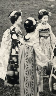 Maiko (apprentice geisha) Fukusuke wearing the sacred deer obi, with Mameraku on her right wearing the morning glory obi, and Hisafuku next to her wearing the nami-marumon (circle of waves) obi. Also included in this group are Naruko, Hisayuu, and Tamiko. Senior Maiko Fukiko is absent from this particular photograph.