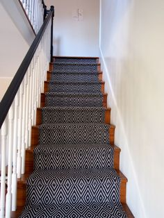 8 tips for a successful stair runner installation (and 1 mistake) // black dark diamonds House Stairs, Carpet Stairs, Modern Farmhouse Style, Farmhouse Chic, Stair Runner Installation, Arlington House, Painted Stairs, Beach Cottage Decor, Basement Remodeling