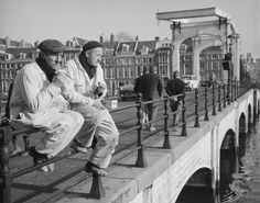 Workers are taking their lunch break at the Magere Brug in Amsterdam while enjoying the Spring sunshine. Old Pictures, Old Photos, Forced Perspective, New Amsterdam, Image Archive, Super Yachts, The Old Days, Best Memories, Netherlands