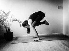 I have to cram work, so no pose for Carmen. #bakasana from yesterday instead. #yoga #yogi #yogagram #fitness #fitgirls #armbalance #crowpose #cranepose #blackandwhite in #yoga in phlow
