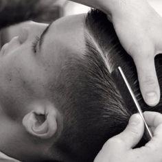 El filo de la navaja…  The razor's edge … #santanapeluqueros #salon #peluqueros #barbershop #barberiaalicantina #filodenavaja #razor #barbers #barberia #linehair #hairstyles #hairtrend #menshaircut #cortesdepelo #hombre  (en Santana Peluqueros Hair&Art)