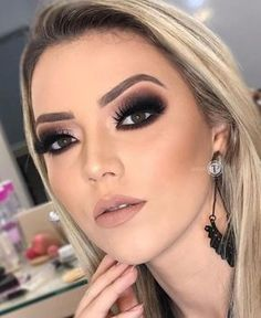 46 Stunning Makeup Ideas For Daily You Can Try Being addicted to makeup isn't necessarily a terrible thing, provided that the addiction doesn't become too overbearing for you and […] Acne Makeup, Glam Makeup, Bridal Makeup, Hair Makeup, Smokey Eyes, Smokey Eye Makeup, Makeup Trends, Makeup Ideas, Makeup Hacks