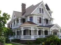 Дизайн сайдингового дома голубого цвета в викторианском стиле с ограждением