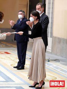 Reina Letizia y sus originales pendientes con forma de cordón de zapatilla