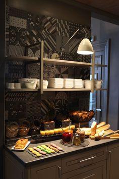 Carrelage Vicalvi Petit déjeuner Floor tile Vicalvi Breakfast Louison Hotel - Paris Hotel Breakfast Buffet, Hotel Buffet, Bed And Breakfast, Food Counter, Bar A Vin, Hotel Paris, Game Lodge, Restaurants, Deco