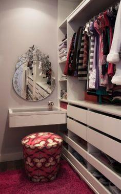 sonho completo: penteadeira e closet!!! neste, poderia ser mais iluminado...