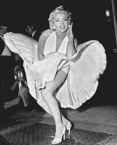Marilyn Monroe nella celebre scena del film Quando la moglie va in vacanza in cui il suo vestito viene sollevato dallo spostamento d'aria proveniente da una griglia di aerazione. L'immagine è stata scattata il 9 settembre del 1954 ed è