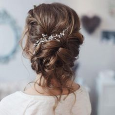 This beautiful loose curl bridal updo hairstyle perfect for any wedding venue - This stunning wedding hairstyle for long hair is perfect for wedding day #UpdosLoose