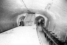 Gambetta, 1905 : le quai de ce qui était la ligne 3. Au lieu d'aller vers Gallieni, la ligne 3 se dirigeait vers Porte des Lilas depuis Gambetta.