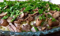 Это не салат, а чудо! Он получается очень большой, сытный и безумно вкусный. Благодаря огурчикам и жареному луку он не требует большого количества майонеза. И получается менее калорийным.