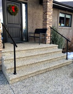 20 Beautiful Railings Built with Pipe (Diy Step Railing) Step Railing Outdoor, Porch Step Railing, Porch Handrails, Exterior Stair Railing, Outside Stairs, Outdoor Stair Railing, Front Porch Railings, Wrought Iron Stair Railing, Front Stairs