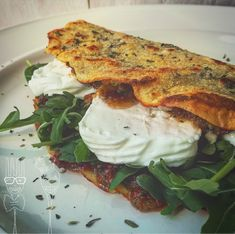 Piadina di ceci con rucola stracchino e pesto al pomodoro secco - Iniziamo dalle piadine; mescolate la farina di ceci con il curry, poi aggiungete... No Salt Recipes, Wine Recipes, Cooking Recipes, Vegetarian Cooking, Vegetarian Recipes, Healthy Recipes, Tasty Bites, Street Food, Fall Recipes