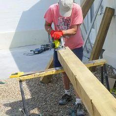 Préparer les poteaux de la structure. Membrane Epdm, Ping Pong Table, Garages, Ladder, Construction, Garden, Wood Post, Pergola Carport, Build Your House