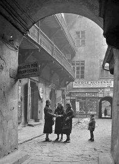 Warsaw a courtyard at Nalewki Street, Jewish district Poland Ww2, Warsaw Poland, Old Photos, Vintage Photos, Warsaw Ghetto, Turkish Design, Old Photography, European Destination, Krakow