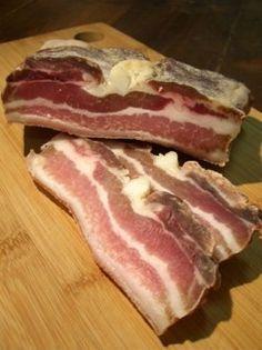 Dans le même esprit que le magret ou le filet mignon séché, voilà la poitrine de porc. La méthode est identique, seul le temps de salage et de séchage est un peu plus long. Ca vaut le coup car cela fait d'excellents lardons ! __________ INGREDIENTS :...