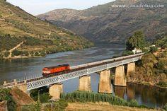 Comboio a passr em cima da Ponte do Tua - Portugal