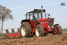 IH 1255 International Tractor | International 1255 van koenjohndeere Druk bezig met ploegen / eggen.. Tractor Machine, Tractor Pictures, Agriculture Tractor, Big Tractors, Classic Tractor, Antique Tractors, Case Ih, International Harvester, Wheels