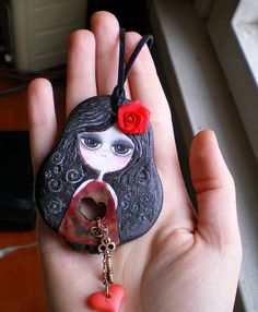 I love this, but I would love it even more if it had a mouth. I have problems with dolls without faces. Polymer Clay Kunst, Polymer Clay Pendant, Fimo Clay, Polymer Clay Charms, Polymer Clay Creations, Polymer Clay Jewelry, Biscuit, Do It Yourself Jewelry, Paper Clay