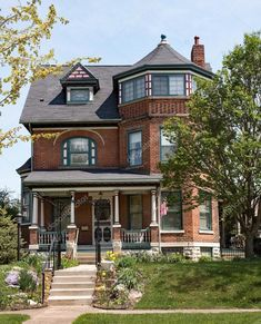 дома сан франциско - Поиск в Google Victorian Homes Exterior, Old Victorian Homes, Victorian Houses, Haus Am See, Old Bricks, Old Houses, Stock Photos, Mansions, Architecture