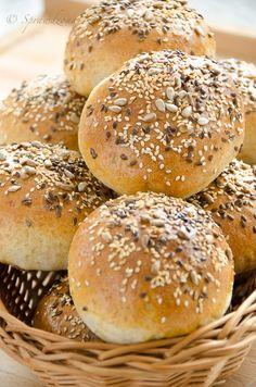 Bułki z dodatkiem orkiszu z ziarnami, najlepsze na śniadanie. Bułki przygotujecie w bardzo szybki i łatwy sposób Bagel, Hamburger, Food And Drink, Bread, Baking, Fit, Patisserie, Hamburgers, Breads