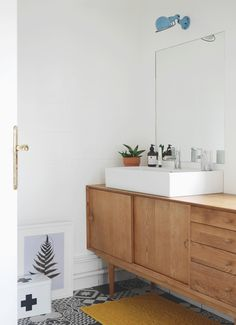 Home sweet home – La Salle de Bain (avant / après) – Le chien à taches Bad Inspiration, Bathroom Inspiration, Lavatory Design, Mid Century Bathroom, Bathroom Design Layout, Interior Desing, Yellow Bathrooms, Modern Bathrooms, Upstairs Bathrooms