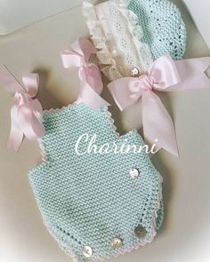 No hay ninguna descripción de la foto disponible. Crochet Onesie, Knitted Romper, Crochet Baby Clothes, Knitting For Kids, Baby Knitting, Knitting Designs, Knitting Patterns, Pink And White Dress, Birthday Fashion