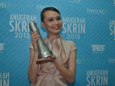 Anugerah Skrin 2013, Stadium Malawati. Cristina Suzanne with her award.