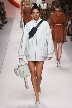 The complete Fendi Spring 2019 Ready-to-Wear fashion show now on Vogue Runway.Fendi Spring 2019 Ready-to-Wear Collection - Vogue Spring Fashion Trends, Women's Summer Fashion, Fashion Week, New Fashion, Runway Fashion, Fashion Models, Fashion Looks, Fashion Outfits, Womens Fashion