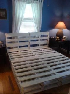 16 Gorgeous DIY Bed frames tutorials, including this DIY pallet bed frame Diy Pallet Bed, Diy Pallet Projects, Home Projects, Pallet Bedframe, Outdoor Pallet, Pallet Patio, Making A Bed Frame, Diy Bed Frame, Diy Pallet Queen Bed Frame