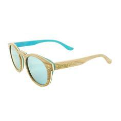 Onze houten zonnebril Triglav is een prachtig damesmodel. Het unieke aan deze handgemaakte houten zonnebril, is dat deze uit 5 lagen hout bestaat. De kleurencombinatie van het Maple (blank en blauw) en Walnoot hout geven deze bril een bijzondere look. In combinatie met de spiegelende blauwe glazen en de elegante ronde vorm, kan deze bril tot een absolute wannahave worden bestempeld.