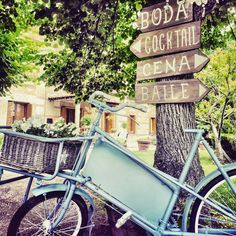 Bici antigua y carteleria ad hoc