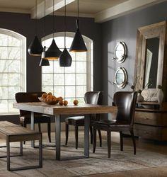 salle à manger contemporaine, murs gris anthracite, table en bois brut et chaises en cuir marron foncé