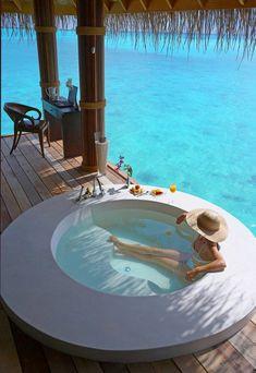 chambre d'hôtel avec jacuzzi, un jacuzzi sur la terrasse, spa privatif                                                                                                                                                                                 Plus