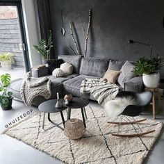 Your living room is one of the most lived-in rooms in your home. Ihr Wohnzimmer ist eines der am meisten bewohnten Zimmer in Ihrem Zuhause. Dark Living Rooms, Living Room Paint, Home Living Room, Interior Design Living Room, Living Room Designs, Modern Living, Cozy Living, Small Living, Black Grey Living Room