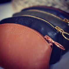 Petit portemonnaie Made in France en cuir tout doux, disponibles en 4 coloris (camel, kaki, noir/doré et noir cuivré) www.l-amoureuse.fr