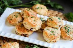 Wytrawne babeczki z kiełbasą i serem Quesadillas, Salmon Burgers, Cheddar, Pesto, Chicken, Cooking, Ethnic Recipes, Food, Pastries