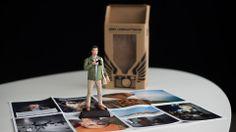 Fotógrafo troca cartão pessoal por um boneco de si mesmo.