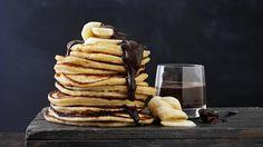 Lækker og og nem opskrift på amerikanske pandekager med frugt. Små, tykke pandekager, som er gode til brunch eller som en dessert.