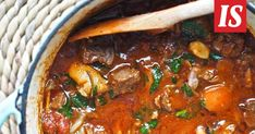 Lihapataan voi heittää kaikki juurekset, jotka uhkaavat nahistua jääkaapissa. Beef, Meat, Ox, Ground Beef, Steak