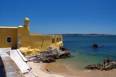 Forte da Giribita - Paco de Arcos, Lisboa -O Forte de Nossa Senhora de Porto Salvo, também referido como Forte da Giribita e Forte da Ponta do Guincho, localiza-se à margem direita do rio Tejo, na vila de Oeiras, sobre uma ponta rochosa na freguesia de Paço de Arcos, concelho de Oeiras, distrito de Lisboa, em Portugal.Trata-se de um pequeno forte marítimo, de estilo barroco, destinado a reforçar a defesa da barra do rio Tejo, coadjuvando a defesa proporcionada pelo Forte de São Julião da…