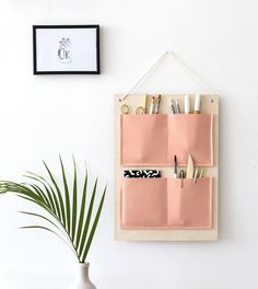 DIY School Supplies - DIY Hanging Organizer - Easy Crafts and Do It Yourself Ideas for Back To School - Pencils, Notebooks, Backpacks and Fun Gear for Going Back To Class - Creative DIY Projects for Cheap School Supplies - Cute Crafts for Teens and Kids Wand Organizer, Hanging Organizer, Diy Hanging, Pocket Organizer, Hanging Storage, Organizers, Diy Projects To Make And Sell, Crafts For Teens To Make, Diy For Kids