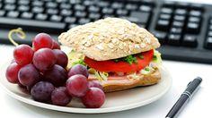 Viele wollen sich gesund ernähren. Doch gerade im Büro zwischen Meetings, Telefonaten und Terminstress ist das oft schwierig. Es ist schwierig, aber nicht unmöglich. Daher haben wir hier ein paar Tipps, wie man sich zwischen Aufstehen und Feierabend gesund ernähren kann.
