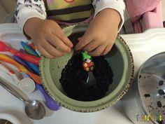 Como aproveitar o cotidiano para brincar com seus filhos pequenos - Gabi usando a colher no pote de café