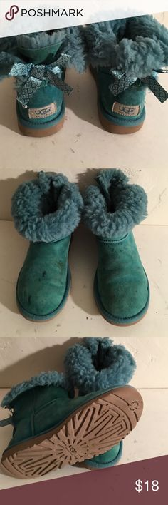 UGG GIRKLS BIG KIDS MINI BAILEY BOW BOOTS 5 PREOWNED WORN COSMETIC STAINS FUR SOFT AND FULL BOOTS NEED A CLEANING NOT RIPPED OR TORN RETAIL $150 KIDS SIZE 5 STYLE no 1006640 UGG Shoes Winter & Rain Boots