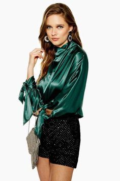 We have fallen in love with this satin tie sleeve detail blouse in deep emerald green. We're styling an evening-worthy look with some diamante shorts. Blouse Sexy, Bow Tie Blouse, Blouse And Skirt, Blouse Dress, Dress Skirt, Satin Vert, Satin Bluse, Beautiful Blouses, Beautiful Ladies