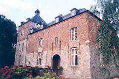 Château d'Audignies►►http://www.frenchchateau.net/chateaux-of-nord-pas-de-calais/chateau-d-audignies.html?i=p