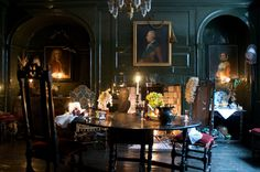 dennis-severs-house 請客用的正式客廳  牆上懸掛了虛構主人Jervis和其妻子及英王喬治二世的肖像